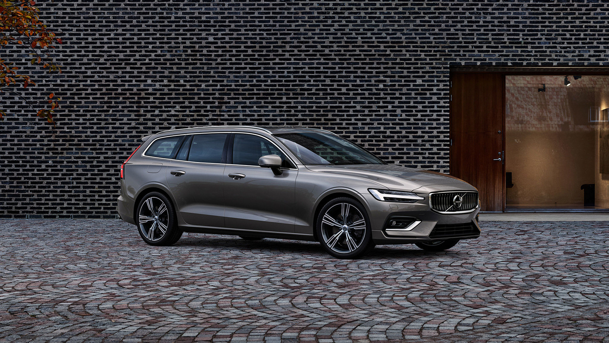 V60 AVAILABLE WITH £1,250 FINANCE DEPOSIT CONTRIBUTION, TWO COMPLIMENTARY SERVICES AND 10.9% APR REPRESENTATIVE